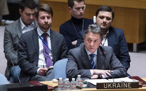Phái đoàn Ukraine tại Liên hiệp quốc trong phiên họp khẩn cấp của Hội đồng Bảo an - Ảnh: AP.<br>