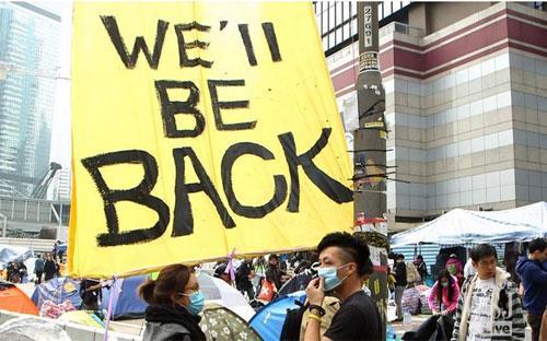 Cuộc giải tỏa khu biểu tình ở quận Admiralty ngày 11/12 trái ngược với  những cuộc đụng độ mạnh giữa cảnh sát và người biểu tình trong hai cuộc  giải tỏa trước ở khu Mong Kok và khu Citic Tower - Ảnh: WSJ.