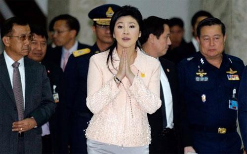 Thủ tướng Thái Lan Yingluck Shinawatra xuất hiện trước báo giới sau khi công bố tình trạng khẩn cấp ngày 21/1 tại Bangkok - Ảnh: Reuters.<br>