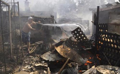 Chiến sự kéo dài nhiều tháng đã biến nhiều khu vực dân cư ở miền Đông Ukraine thành những đống đổ nát - Ảnh: AP/BBC.<br>
