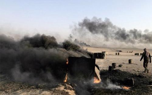 Cũng theo giới chức quân sự Mỹ, một số vụ không kích đã nhằm vào các cơ  sở dầu lửa quy mô nhỏ của IS. Các cơ sở này đem lại cho IS doanh thu  khoảng 2 triệu USD mỗi này - Ảnh: Reuters.