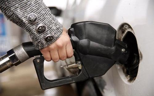 Như vậy, nếu so với mức đỉnh vào tháng 5 năm nay, giá xăng tại Mỹ hiện  đã giảm 1,25 USD/gallon, tương đương giảm hơn 7.100 đồng/lít - Ảnh: Reuters.<br>