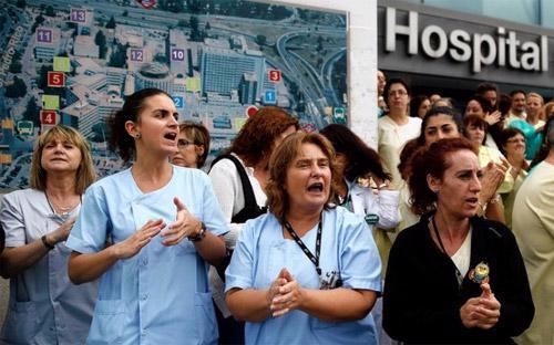 Các nhân viên y tế Tây Ban Nha kêu gọi Bộ trưởng Bộ y tế nước này từ chức sau vụ một nữ y tá nhiễm Ebola - Ảnh: Reuters.<br>
