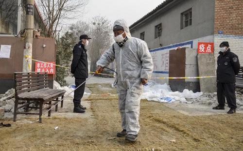 Các chuyên gia y tế Trung Quốc xử lý vùng dịch cúm gia cầm ở tỉnh Hà Bắc nước này - Ảnh: Reuters.<br>
