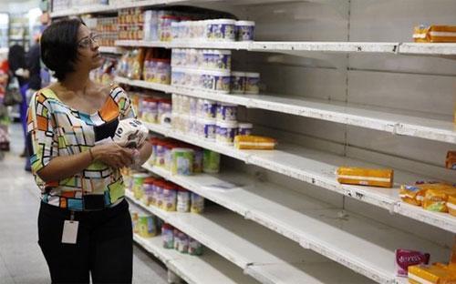 Không chỉ đắt, hàng tiêu dùng ở Venezuela còn khan hiếm do nước này thiếu ngoại tệ để nhập khẩu hàng hóa - Ảnh: Reuters.<br>
