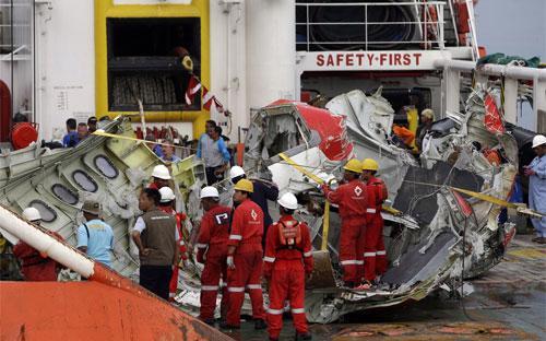 Mảnh vỡ máy bay AirAsia được đưa lên từ biển Java - Ảnh: AP/WSJ.<br>