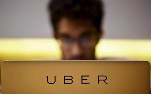 Một nhân viên của Uber làm việc trong văn phòng của công ty này ở New Dehli, Ấn Độ ngày 24/4/2015 - Ảnh: Reuters.<br>