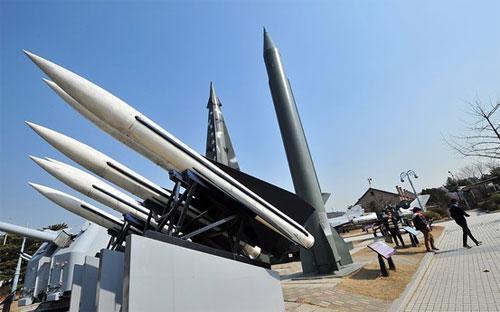Mô hình tên lửa tại một khu tưởng niệm ở Triều Tiên - Ảnh: AFP/Getty.<br>