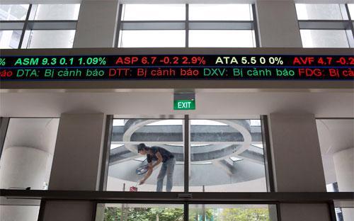 Khối ngoại đã mua ròng trên thị trường chứng khoán Việt Nam 9 năm liên  tiếp và có thể sẽ có cơ hội tăng nắm giữ nếu Chính phủ Việt Nam nới lỏng  trần hạn chế sở hữu đối với các cổ đông nước ngoài - Ảnh: Bloomberg.<br>