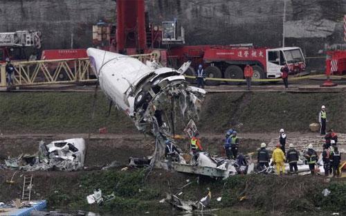 Mảnh vỡ của máy bay TransAsia gặp nạn được trục vớt ở Đài Bắc ngày 5/2 - Ảnh: Reuters.<br>