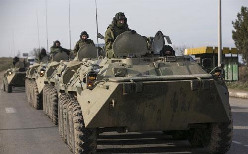 Binh lính, được cho là của Nga, ở Crimea hôm 10/3 - Ảnh: Reuters.<br>