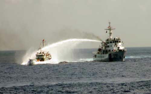 Tàu Trung Quốc phun vòi rồng tấn công tàu Việt Nam - Ảnh: AP.<br>