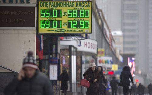Phiên hôm qua, đồng Rúp có lúc mất giá 9,7% so với đồng USD, còn 64,4455  Rúp/USD. Từ đầu năm tới nay, đồng tiền này mất giá 49%, mạnh nhất thế  giới - Ảnh: Bloomberg.<br>