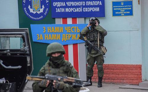 Những tay súng không rõ danh tính đang kiểm soát nhiều khu vực ở bán đảo Crimea của Ukraine - Ảnh: AP.<br>
