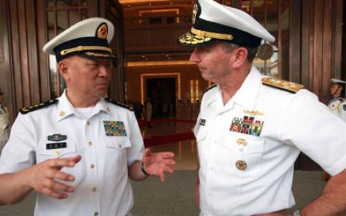 Đô đốc Wu Shengli của Trung Quốc (trái) và đô đốc Jonathan Greenert của Mỹ (phải) trong một cuộc gặp - Ảnh: Reuters.<br>