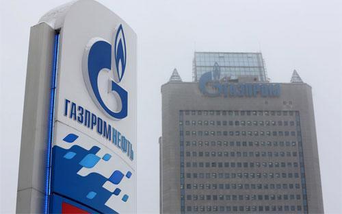 Logo của Gazprom trên một trạm khí đốt gần tòa nhà trụ sở của tập đoàn này ở Moscow, Nga - Ảnh: Bloomberg.<br>