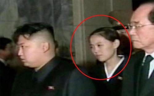 Em gái Kim Jong-un, cô Kim Yo-jong (được khoanh tròn) trong một lần xuất hiện cùng anh trai.<br>