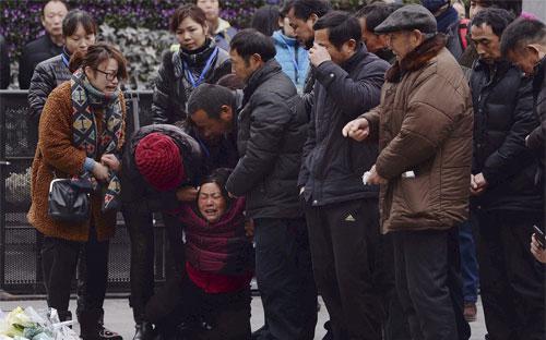Người thân của các nạn nhân vụ giẫm đạp xảy ra bên sông Hoàng Phố đêm 31/12 đau khổ tại nơi xảy ra vụ việc - Ảnh: AP.<br>