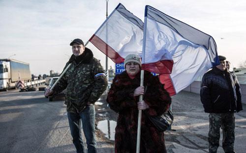 Những người ủng hộ Nga cầm cờ Crimea - Ảnh: AFP.<br>