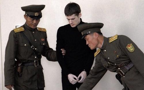 Matthew Todd Miller (giữa) đến từ bang California là công dân Mỹ thứ hai mang hình phạt lao động khổ sai ở Triều Tiên - Ảnh: AP/WSJ.<br>