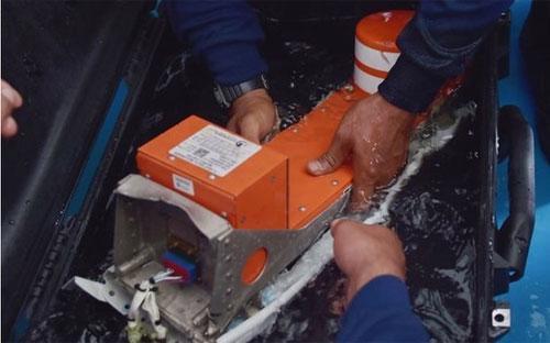 Phần đầu tiên của hộp đen máy bay AirAsia được tìm thấy ngày 12/1 - Ảnh: AP.<br>