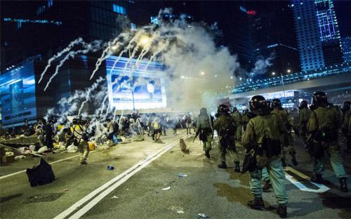 Theo hãng tin Bloomberg, cuộc biểu tình đang diễn ra được xem là lớn nhất ở Hồng Kông trong nhiều thập kỷ qua - Ảnh: Bloomberg.<br>