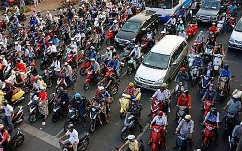 Tại một thành phố đang phát triển nhanh chóng và không có nhiều phương  tiện giao thông công cộng như Hà Nội, xe máy giữ một vai trò quan trọng  trong việc duy trì dòng chảy giao thông - Ảnh: Shutterstock/Diplomat.<br>