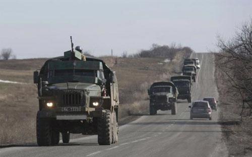 Một đoàn xe của lực lượng ly khai ở Donetsk, miền Đông Ukraine ngày 23/2/2015 - Ảnh: Reuters.