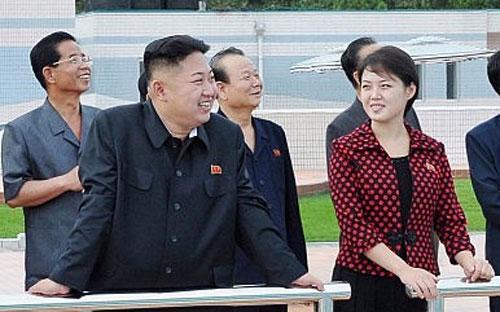 Nhà lãnh đạo Triều Tiên Kim Jong Un (trái) và phu nhân Ri Sol-ju - Ảnh: Reuters/KCNA.<br>