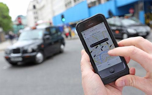 Uber là một ứng dụng taxi được cài đặt trên điện thoại thông minh (smartphone) - Ảnh: Bloomberg.<br>