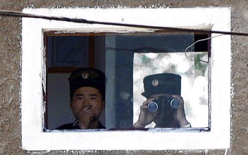 Lính Triều Tiên đang dõi về phía Trung Quốc trong một vọng gác nắm giữ biên giới hai nước - Ảnh: AP/Kyodo/WSJ.<br>