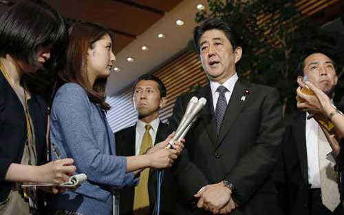 Thủ tướng Nhật Bản Shinzo Abe thông báo với báo giới về kết quả đàm phán với Triều Tiên - Ảnh: Kyodo.<br>