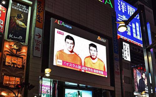 Hình ảnh hai con tin người Nhật trong tay IS trong một chương trình tin tức ở Nhật Bản ngày 20/1 - Ảnh: AP.<br>