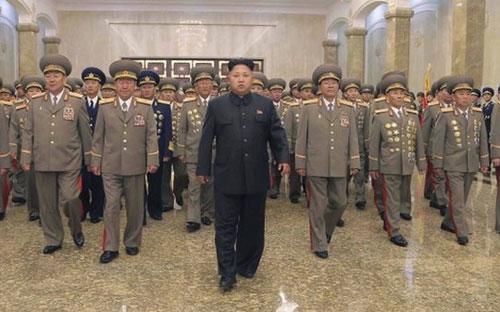 Ông Kim Jong Un trong chuyến thăm cung Kumsusan hồi tháng 7 - Ảnh: Reuters/BBC.<br>