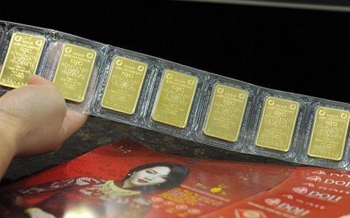 So với giá vàng thế giới quy đổi, giá vàng SJC bán lẻ đang đứng cao hơn 3,3 triệu đồng/lượng.