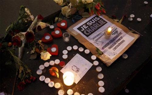 Những ngọn nến được người Paris thắp lên để tưởng nhớ các nạn nhân vụ xả súng ở tòa soạn Charlie Hebdo - Ảnh: Reuters.<br>