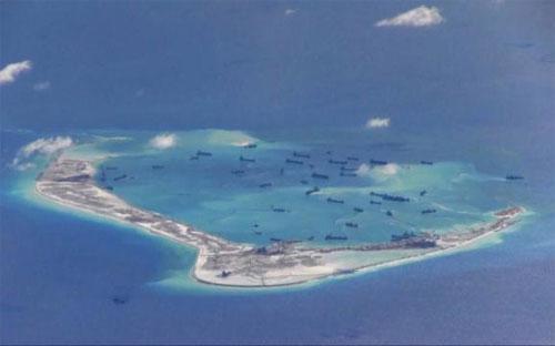 Tàu hút cát của Trung Quốc được cho là hoạt động ở vùng nước xung quanh bãi đá Chữ Thập thuộc quần đảo Trường Sa của Việt Nam. Đây là một bức ảnh chụp từ máy bay trinh sát P-A8 Poseidon của Mỹ do Hải quân Mỹ cung cấp ngày 21/5 - Ảnh: Reuters.