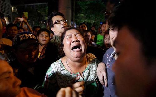 Một phụ nữ có người thân thương vong trong vụ nổ ở Bangkok ngày 17/8 òa khóc tại hiện trường - Ảnh: EPA.<br>