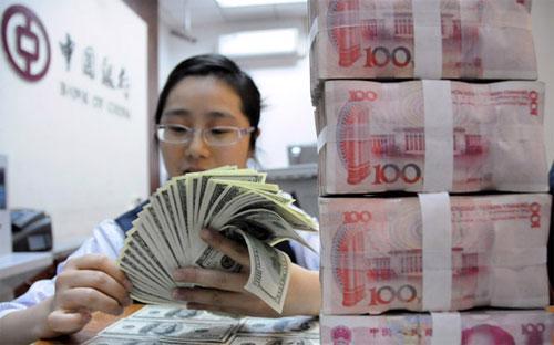 Trước lần điều chỉnh tỷ giá này, PBoC đã hỗ trợ tỷ giá đồng Nhân dân tệ  nhằm ngăn sự rút lui của các dòng vốn và khuyến khích việc sử dụng rộng  rãi hơn đồng tiền của Trung Quốc trên toàn cầu - Ảnh: China Daily.<br>