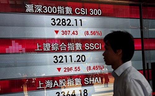 Theo một số chuyên gia, những phiên giảm điểm chóng mặt thời gian gần đây của thị trường chứng  khoán Trung Quốc là một dấu hiệu cho thấy người dân nước này không tin  nền kinh tế tăng trưởng 7% - Ảnh: Reuters.<br>