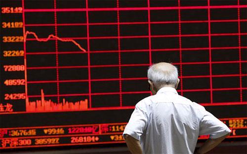 """Kể từ mức đỉnh hồi trung tuần tháng 6, chỉ số Shanghai Composite Index đến nay đã """"bốc hơi"""" hơn 40%."""