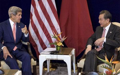 Ngoại trưởng Mỹ John Kerry (trái) và Ngoại trưởng Trung Quốc Vương Nghị (phải) trước cuộc gặp song phương ở Kuala Lumpur ngày 5/8 - Ảnh: Reuters.<br>