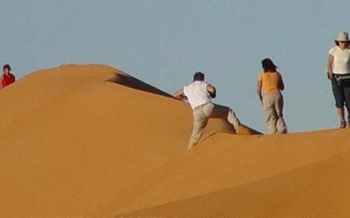 Du khách nước ngoài tham quan vùng sa mạc phía Tây của Ai Cập.<br>