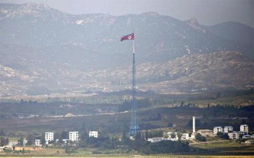 Cờ Triều Tiên ở khu phi quân sự giữ hai miền - Ảnh: Reuters.