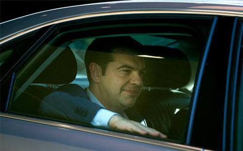 Thủ tướng Hy Lạp Alexis Tsipras rời một cuộc họp ở Brussels, Bỉ ngày 24/6 - Ảnh: Bloomberg.<br>