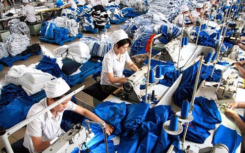 Công nhân làm việc trong một nhà máy may ở tỉnh An Huy, Trung Quốc - Ảnh: WSJ/EPA.<br>