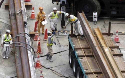 Công nhân làm việc trên một công trường xây dựng ở Tokyo, Nhật Bản hôm 8/6/2015 - Ảnh: Reuters.<br>