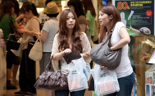 Du khách Nhật trước một cửa hiệu mỹ phẩm ở khu mua sắm Myeongdong, Seoul, Hàn Quốc - Ảnh: Bloomberg.<br>