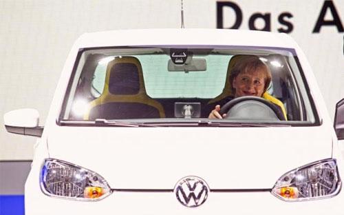 Thủ tướng Đức Angela Merkel ngồi trong một chiếc xe Volkswagen tại triển lãm ôtô quốc tế Frankfurt hôm 15/9 - Ảnh: Reuters.<br>