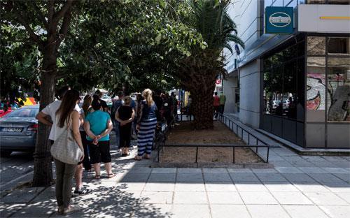 Người Hy Lạp xếp hàng chờ rút tiền trước một máy ATM ở Athens hôm 28/6 - Ảnh: Bloomberg.<br>